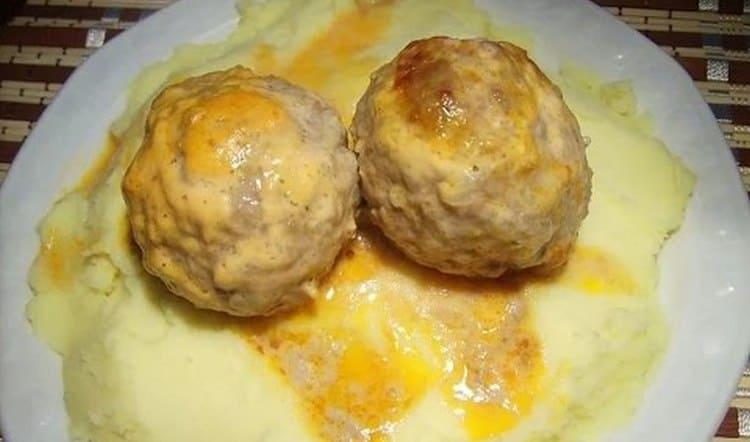 В меню можно включить картофельное пюре с паровыми тефтельками.