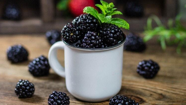 Поскольку в ягоде содержится очень много витаминов, важно все-таки не переусердствовать с ее потреблением.