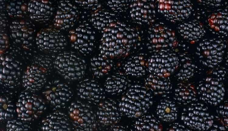 При покупке важно обращать внимание на целостность и цвет ягодок.