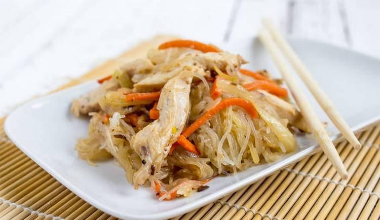 Китайскую стеклянную лапшу традиционно подают с соусами, мясом, морепродуктами, овощами.