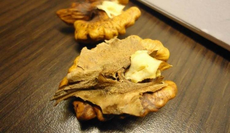 Народная медицина активно использует перегородки орехов.