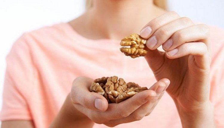Узнайте о пользе и вреде грецкого ореха для женщин.