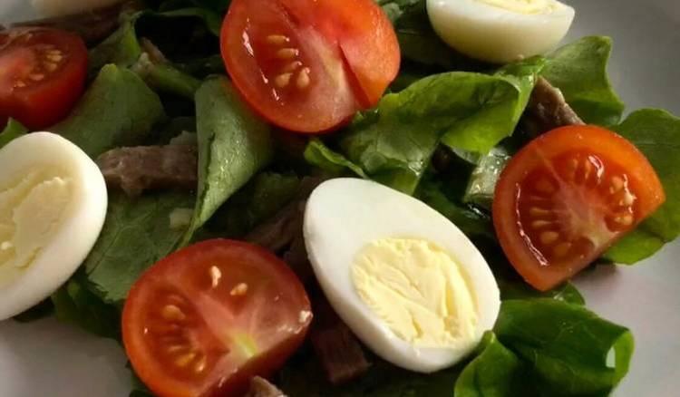Легкий диетический салат с яйцом и помидорами черри.