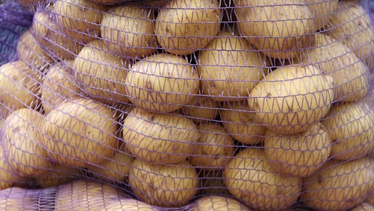 Традиционно картофель хранят в погребе.