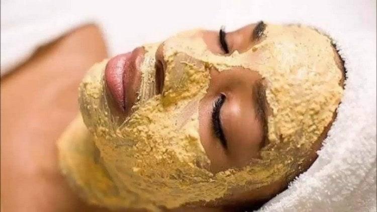 Женщины делают антивозрастные маски из картофеля.