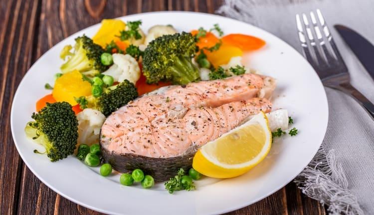 В меню китайской диеты на 7 дней стоит включить паровую рыбу.