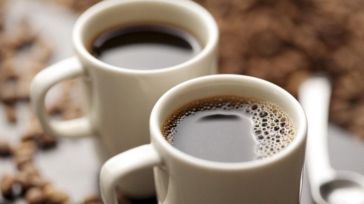 В день желательно пить не более дух чашек кофе.