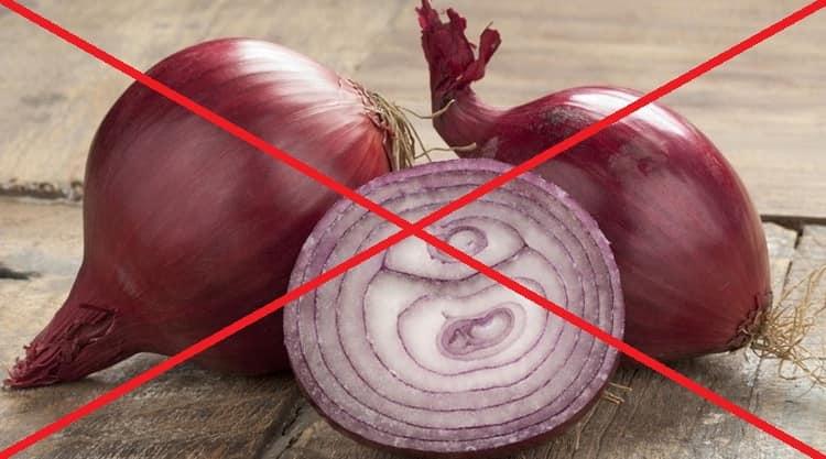 При некоторых заболеваниях не стоит употреблять слишком много красного лука.