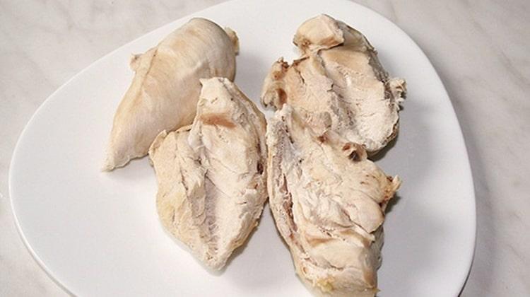 Уместным будет блюдо из отварного куриного филе.