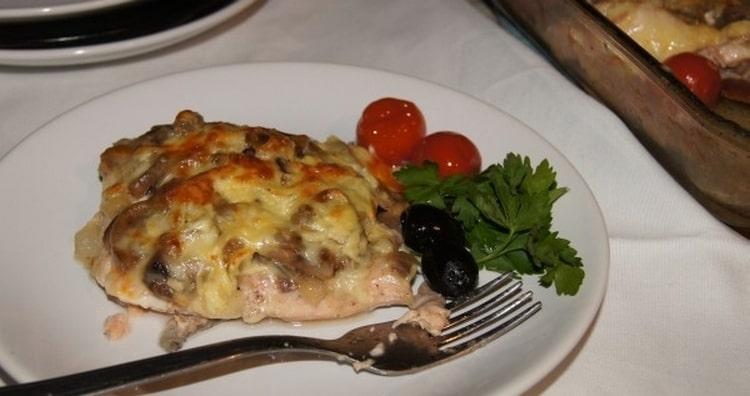 Чудным блюдом при диетическом питании будет запеченная рыба с грибами.