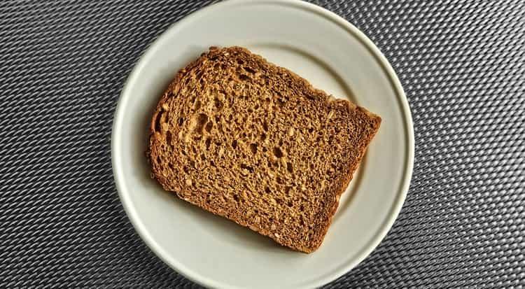 При выходе из диеты можно понемногу включать в меню хлеб.