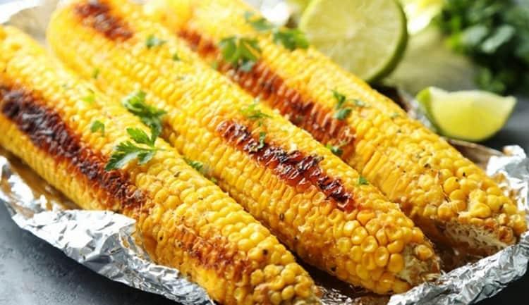 давно известна больша польза как вареной кукурузы в початке, так и запеченной, к примеру, на гриле.