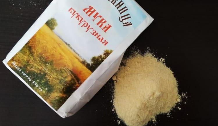 Покупать лучше кукурузную муку в бумажной упаковке.