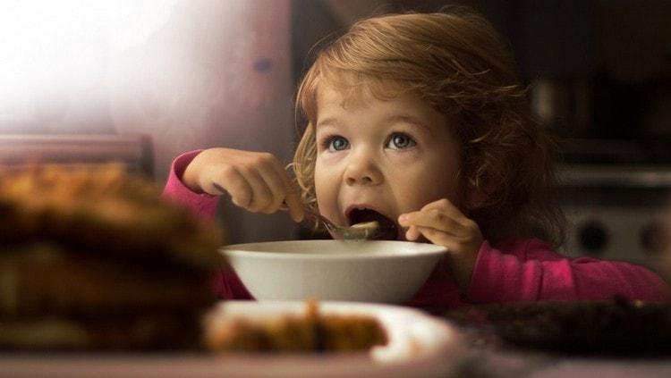 Узнайте о пользе и вреде манной каши для ребенка.