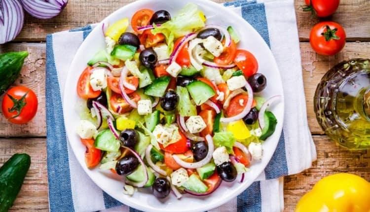 Можно также приготовить овощной салат с сыром фета.