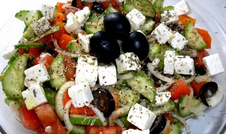 Разнообразят меню овощные салаты.