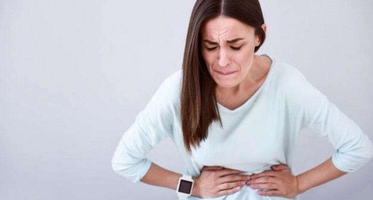 Чрезмерное употребление молочной сыворотки может вызвать боли в животе.