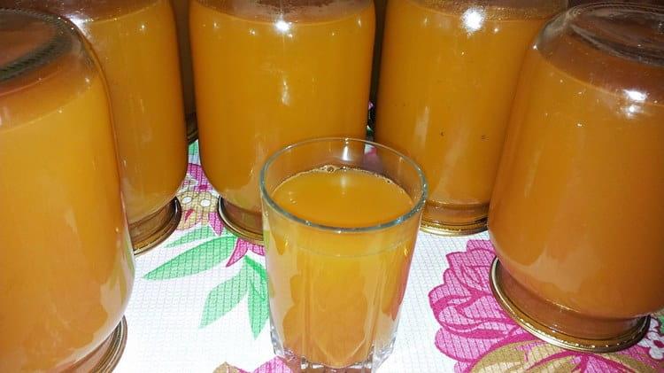 лучше всего пить свежевыжатый сок, но и в консервированном сохраняется много витаминов.