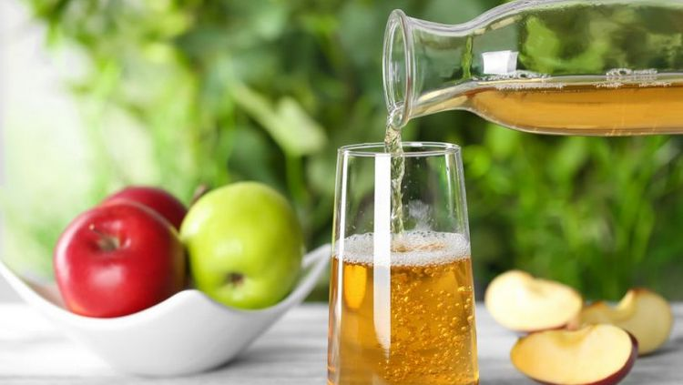 Взрослым желательно пить не больше стакана яблочного сока в день.
