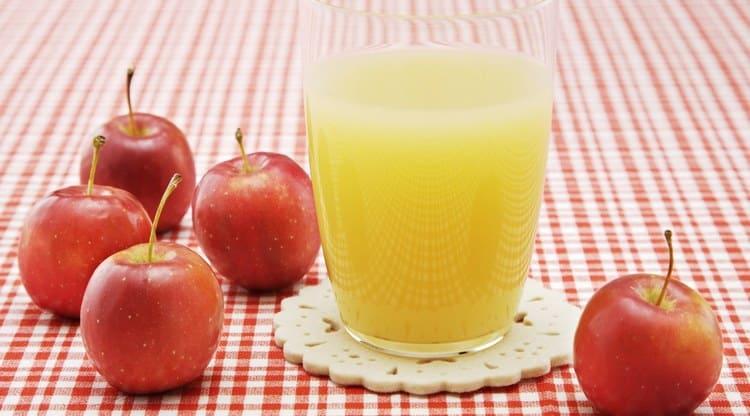 Поговорим о пользе и вреде яблочного сока для здоровья.