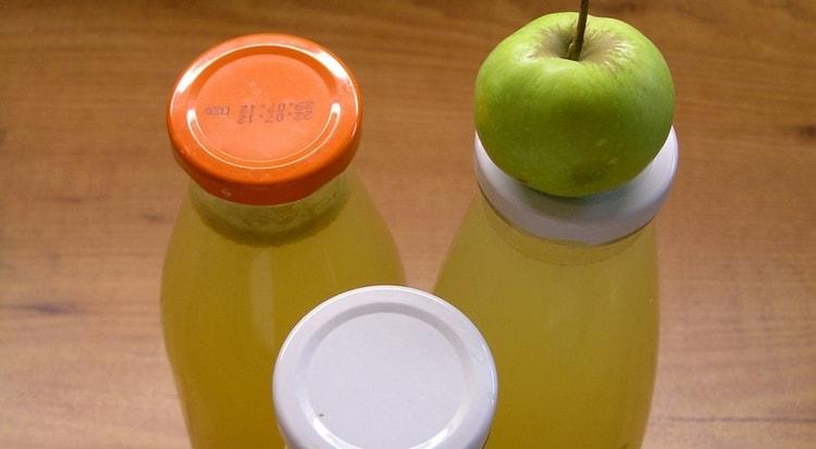 Узнайте все о пользе и вреде свежевыжатого яблочного сока.