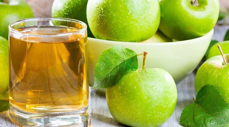 Диетологи нередко говорят о пользе яблочного сока для организма.