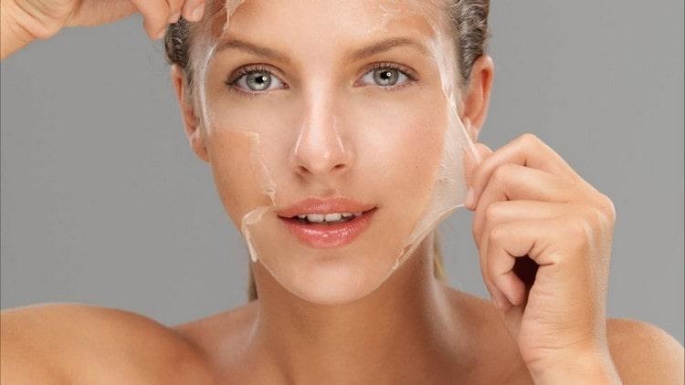 Польза желатина для организма женщины состоит еще и в том, что его можно использовать для улучшения состояния кожи и волос.