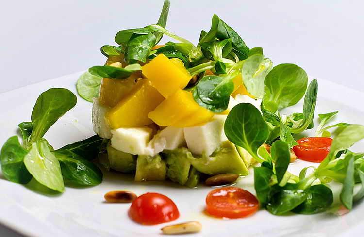 Салат с авокадо и рокфором