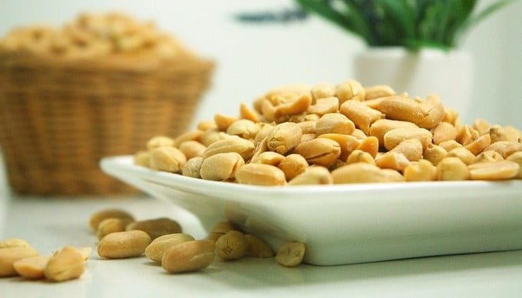 Калорийность жареного и сырого арахиса отличается.