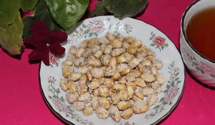 Очень вкусным получается арахис в сахаре.
