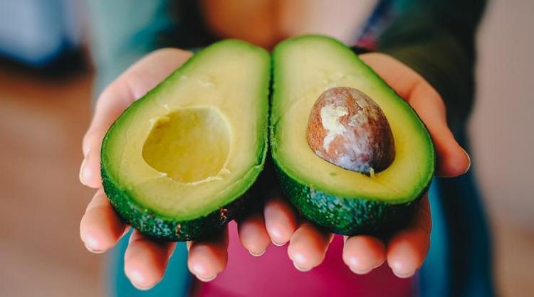 Калорийность авокадо с косточкой и без отличается.