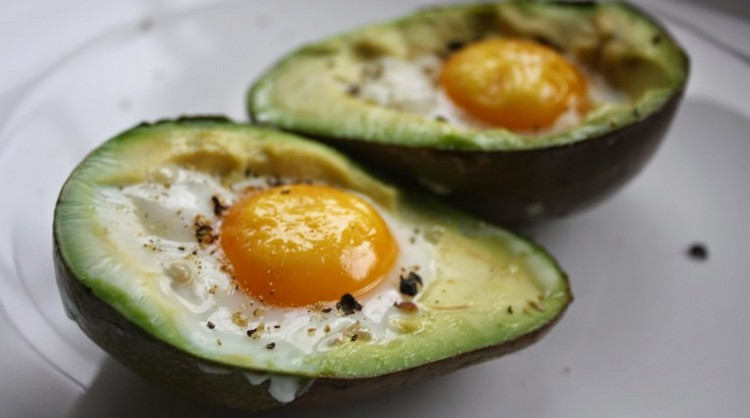 Очень вкусной получается яичница в авокадо.