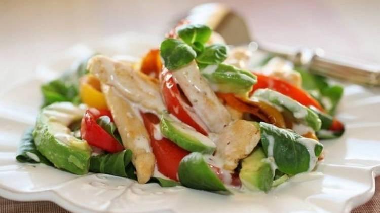 С авокадо можно готовить замечательные салаты.