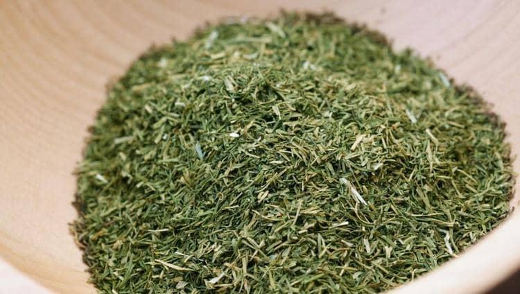 В качестве специи трава прекрасно хранится не только в сушеном, но даже в замороженном виде.