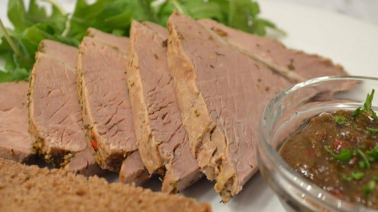 Калорийность отварной говядины составляет 254 ккал.