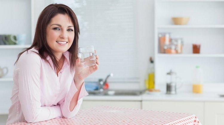 При похудении без диет важно очищать кишечник естественным путем и пить много воды.
