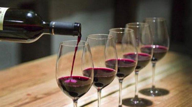 Если не знаете, в каком алкоголе меньше всего калорий и сахара, то это красное сухое вино.