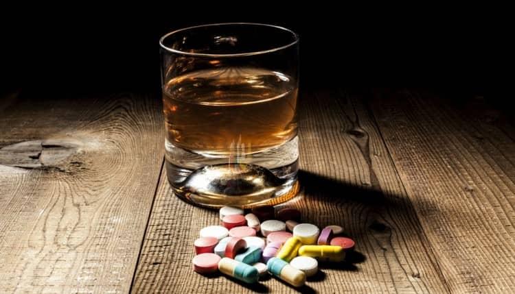 Помните, что ни в коем случае нельзя смешивать таблетки и алкогольные напитки.