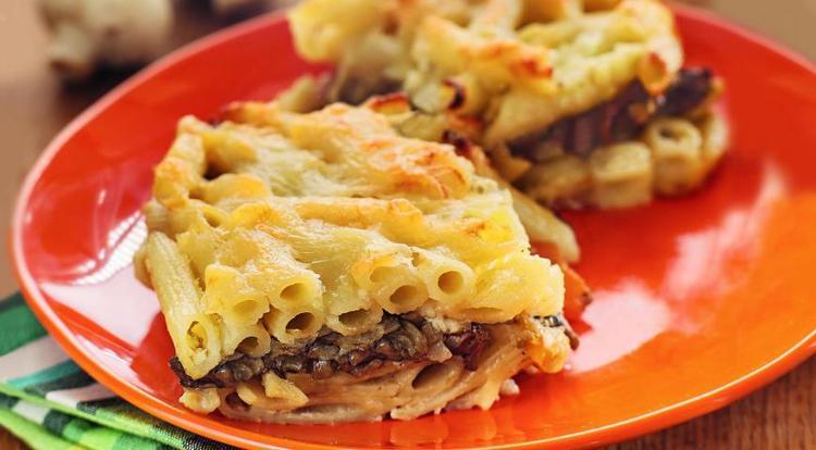 Относительно небольшой является калорийность макаронной запеканки с грибами.