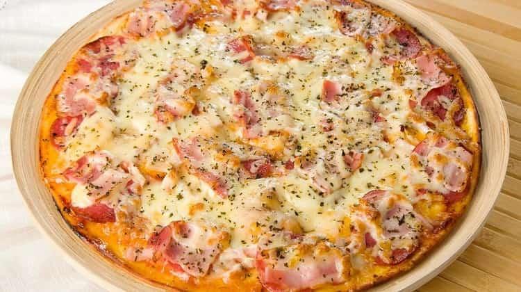 Более сытной получится пицца с беконом, помидорами и грибами