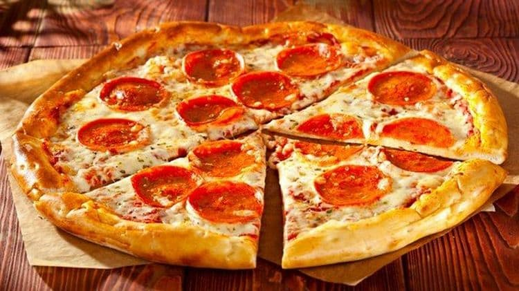 Невзирая не высокое содержание калорий, пицца изобилует жирами и углеводами, которые особенно нужны организму в утреннее время.