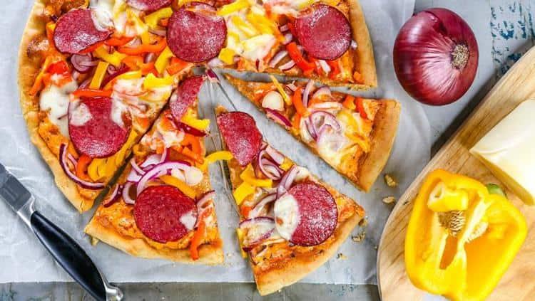 Еще более высокой будет калорийность пиццы с колбасой.