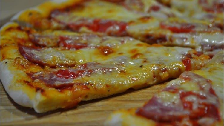 Калорийность даже 1 куска пиццы обычно высокая, но это делает его хорошим вариантом для завтрака.