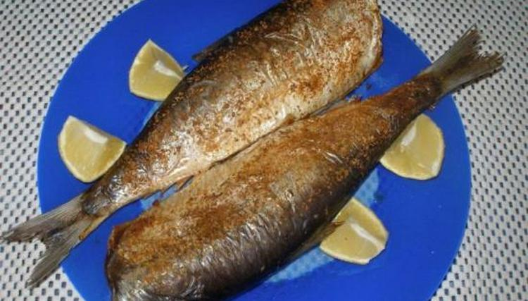 Хотя малосольная селедка имеет не слишком высокую калорийность, полезнее употреблять запеченную в духовке рыбу.