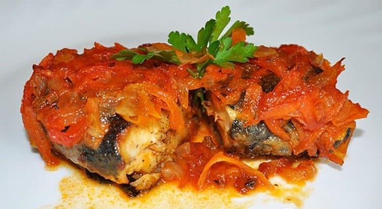 Вкусной получается сельдь, запеченная в духовке с овощами.