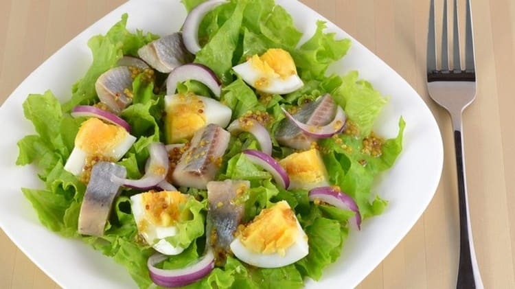 Из селедки можно приготовить замечательный салат.