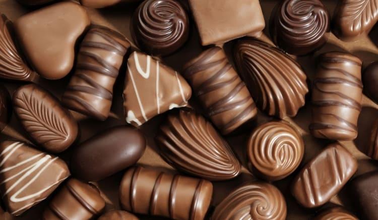 Шоколадные конфеты более калорийны, потому что имеют в своем составе много дополнительных компонентов.
