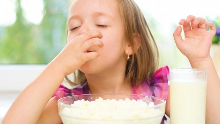 За исключением аллергии, творог очень полезен для детей.