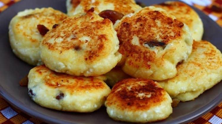 При диетическом питании можно приготовить творожные сырники с изюмом.