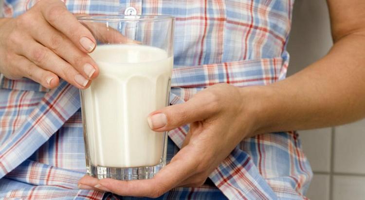 Хотя калорийность обезжиренного кефира самая низкая, все же лучше пить 1-процентный.
